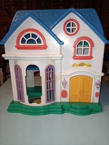 Детский мир - Орловка: Кукольный домик,с мебелеми,и куклами,состояние как на фото,отдам за