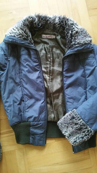Suskava plavo siva jaknica sa veoma mekim vestackim krznom odgovara L