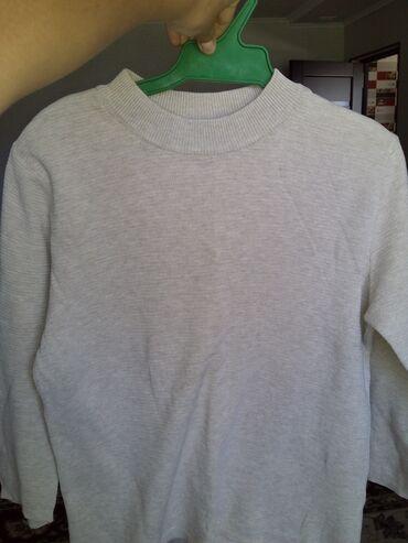 Женская одежда в Джалал-Абад: Продаю женский свитер(Stradivarius ),теплую маичку и кофта с открытым