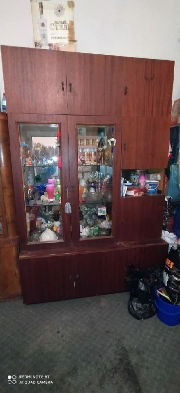 шкаф в гостинную в Азербайджан: Использованное в хорошем состояние внедрение и нижние шкафы отделяются