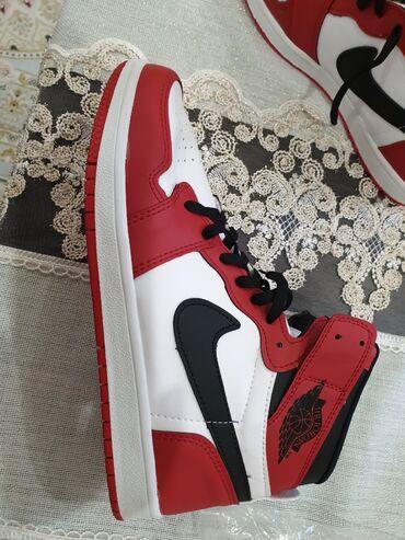 женские черные кроссовки в Азербайджан: Nike Air Jordan tezedi geyinilmiyib. 40 azn. Aşaği yeride var