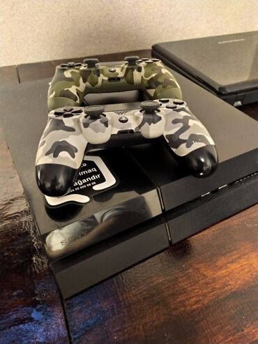 PlayStation 4 Fat + Oyunlar. Əla vəziyyətdədir. Pultların hər birinin