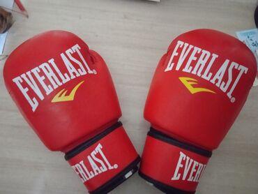 боксерская груша бишкек in Кыргызстан   ПЕРЧАТКИ: Боксёрские перчатки Everlast состояние отличное почти не использованые