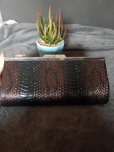 Bordo torbica - Srbija: Torbica sa zmijskim printom crna presijava se na bronzano-bordo. Ima