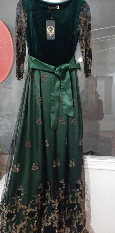 Продаю! Новое платье изумрудного цвета,размер М, не раз не одевала в