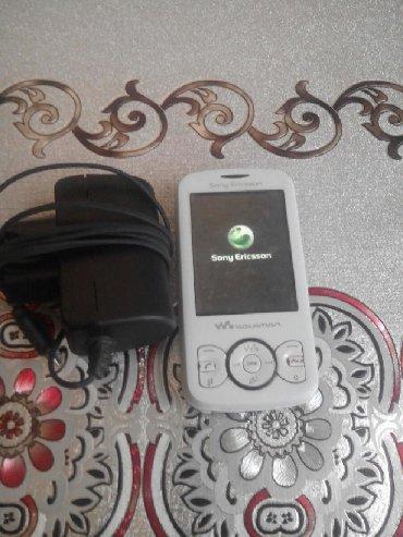 Salam şəkildə olan soni Ericsson w100i tam işləkdir adapteri var