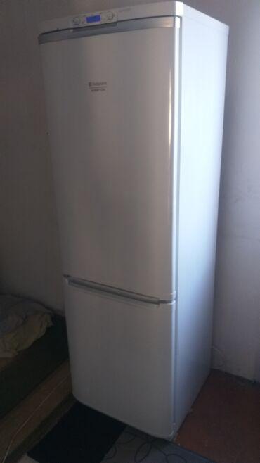 Электроника - Буденовка: Б/у Двухкамерный   Белый холодильник Hotpoint Ariston