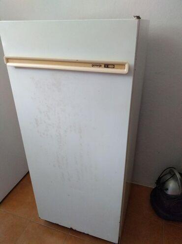Ispravan vertikalni zamrzivač u solidnom stanju