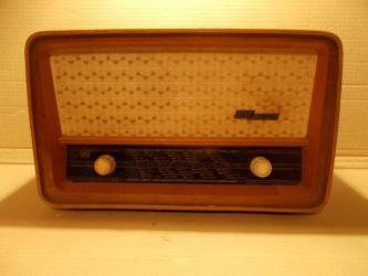 Ostalo | Lazarevac: Stari radioaparat iz pedesetih godina prošlog veka. Lep retro ukras