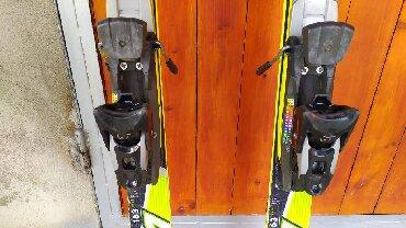 Dva para dobro ocuvanih skija duzine 1.6 m, i nove stapove visine