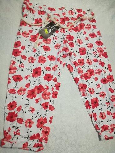 Nove prelepe pamučne pantalone kratke do kolena, imaju malo