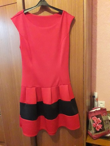 Bela haljina sa cipkom - Srbija: Haljinica crvene boje, sa crnom cipkom na ledjima. Materijal