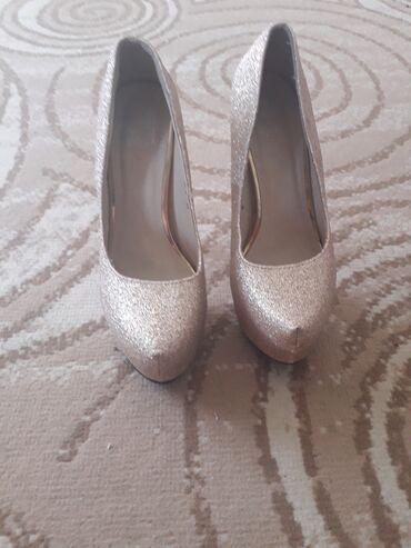 Aro 24 3 mt - Varvarin: Zlatne cipele br. 37. Cena 20e, crne salonke br. 39. Jednom obuvene