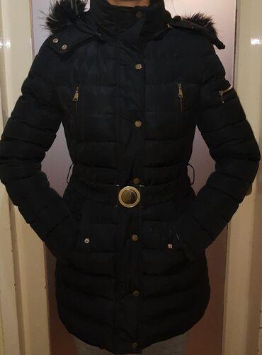 Ženska crna zimska jakna sa krznom