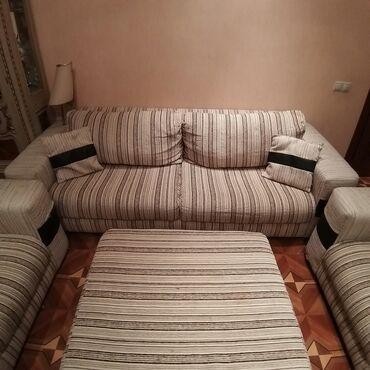 Satilir.Genish divan,2 kreslo ve puf desti. Pufun boyuk shushesi de