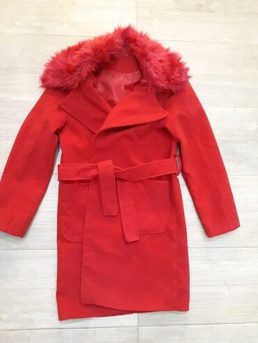 Divan crveni kaput sa krznom koje se skida.Kaput je novPuno lepsi na