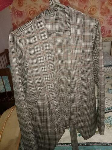 Костюм женский, размер 44,пиджак слегка удлинённый. Надевала 1 раз