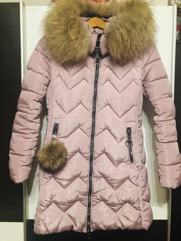 Zimska jakna prljavo roze boje, sa prirodnim krznom na kapuljaci i kod