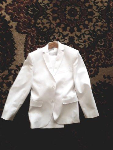 костюм белый и серый, одевали один раз. цена договорная. размеры 44 на в Бишкек