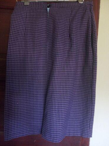 Violet ravna kraca suknjica do kolena,Mali slice pozadi.U kompletu SA