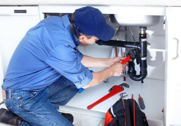 Опытный мастер по сантехнике производит следующие работы ремонт