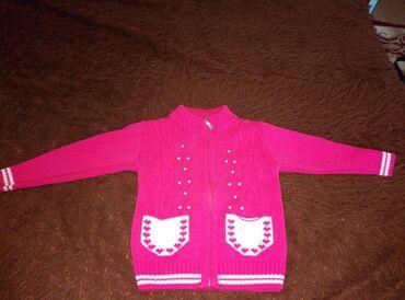 Верхняя одежда в Сокулук: Продаю теплую вязанную кофточку. В отличном состоянии. 4-5 лет