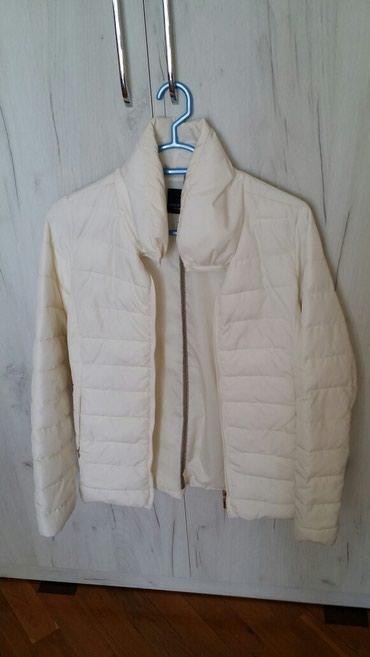 женские ветровки с капюшоном в Азербайджан: Куртка от Zara, легкая, белого цвета, состояние отличное, пух, в