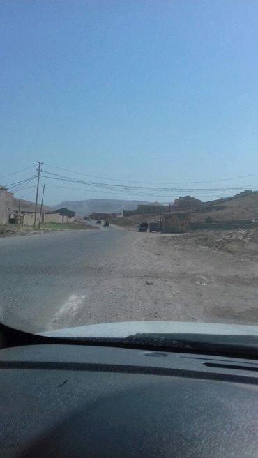 Bakı şəhərində Tecili qobu qesebesinde,   marşrutun  dayanacaqında  asfalt yolunun