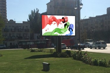 Gəncə şəhərində Yol qiragi ucun reklam siti eni-3m hundurutu 1. 8m yerden durbanin