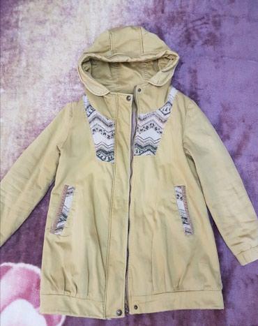 утепленное пальто в Кыргызстан: Демосезонное пальто богатого горчичного цвета. Теплое, подойдет даже