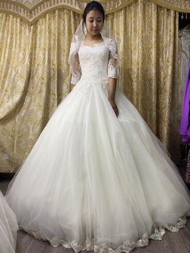 Свадебные платья и аксессуары - Бишкек: Продаю/Сдаю на прокат Свадебное платье! Есть много разных моделей! Оч