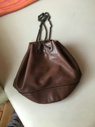 Braon prelepa zanimljiva torba ima dosta mesta duzi kais - Crvenka