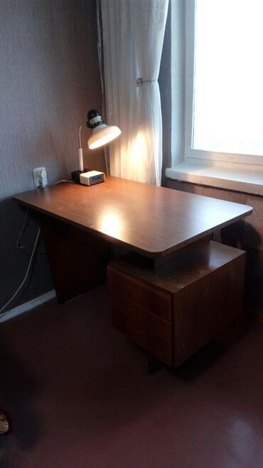Стол письменный времен СССР. Покрытие реставрировали самоклейкой под
