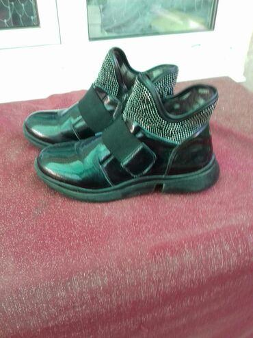 Продаю подросковые ботинки в отличном состоянии. Свет черный .Подходит