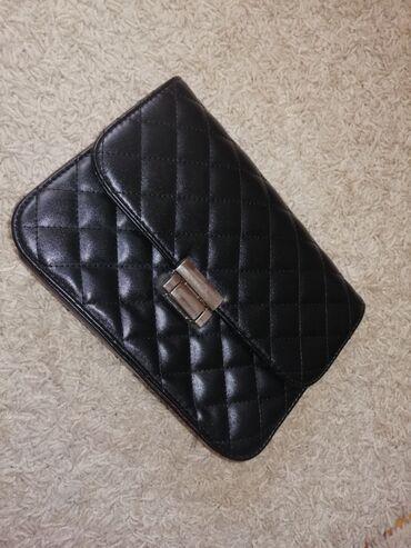 Crna mala torba, ima lanac ali je promenio boju, torba je u odlicnom