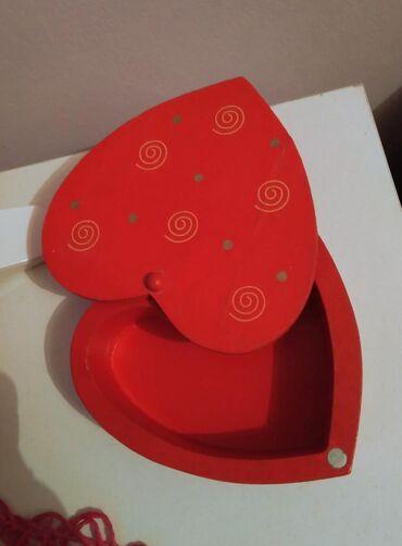 Ostali nakit - Srbija: Crvena manja kutijica za nakit. Drvena u obliku srca. Dimenzije