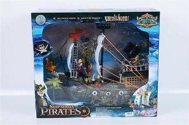 Piratski brod setSet uz brod dodatno sadrži figure pirata i dekoraciju