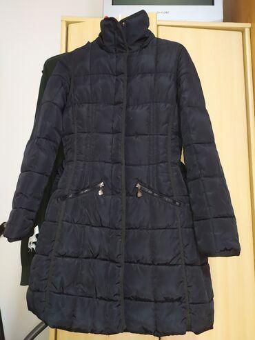 Duga zimska jakna - Srbija: Crna duga zenska jakna. Zimska, jako topla. Ima dzepove ispod pojasa i