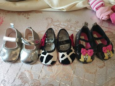 Dečije Cipele i Čizme - Arandjelovac: Nehodajuce cipelice tri para vel do 6 meseci,mothercare,disney. Cena z