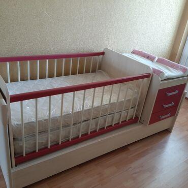 Детская мебель - Цвет: Красный - Бишкек: Кровать детская 133×77см с пеленальным столиком, фирмы истикбал