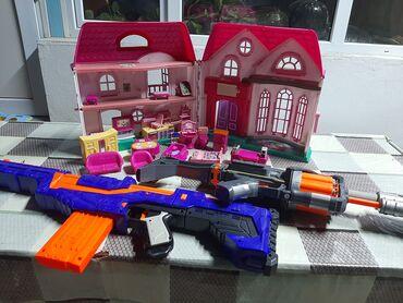 Продаю игрушки : кукольный домик с мебелью-500с, два автомата в