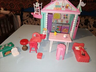 Детский мир - Орловка: Кукольный домик,с мебелеми и куклами,лифт,работает,куплено в