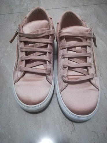 Ženska patike i atletske cipele | Loznica: Stradivarius patike, puder roze. Jednom obuvene, broj 38. Bez