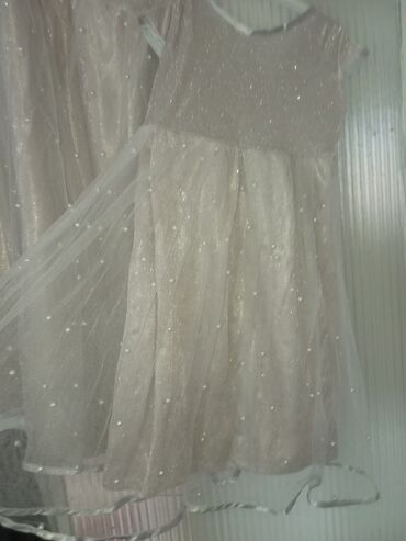 Платья на девочек 2 шт. Одели на свадьбу. Лет на 3 и 6 приблизительно