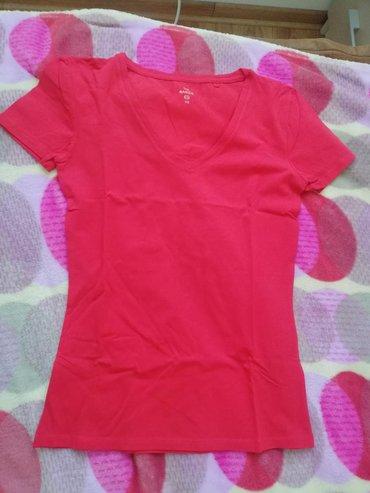 Majica sa kratkim rukavima crvene boje. U odlicnom stanju. 95% pamuk