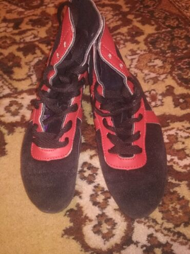 спортивная обувь в Кыргызстан: Б/У Продаю борцовки за хорошую цену! Ношеные, размер 34