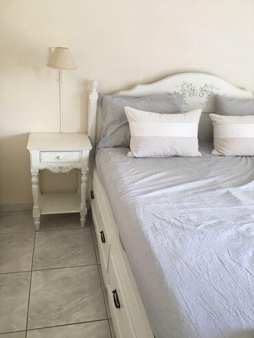 Κρεββατοκάμαρα ξύλινη σε λευκό χρώμα σε πολύ καλή
