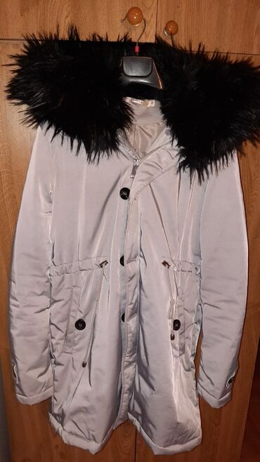 Zimska jakna veoma topla ima dodatak krzna duzinom zakopcavanja