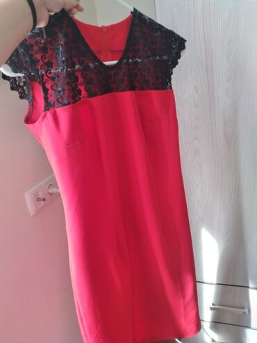 Продаю платья Белое надевалось всего один раз. Красное новое. Продаю