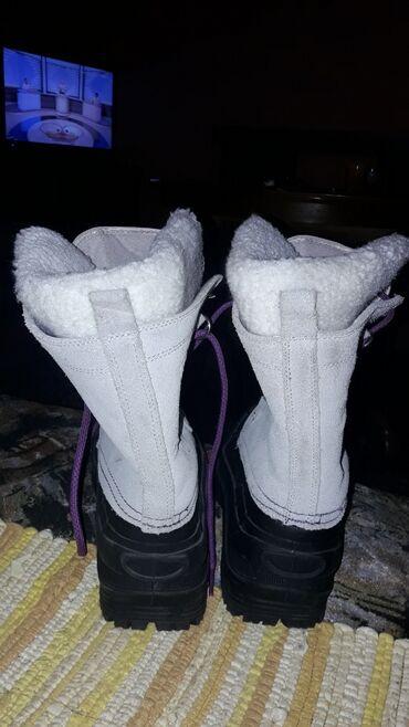 Nove zenkse cizme, sa vunom gore i unutra, dole su gumene ne